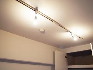 やさしい光の、雰囲気のある照明レールがついています。