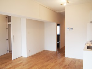 白で統一された壁。無駄な装飾もなくシンプルで落ち着いた空間です。