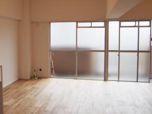 窓はすりガラスなので、やわらかい光を均一に取り入れてくれます。