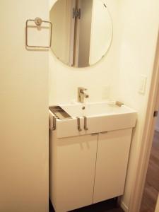 丸い鏡がおしゃれ洗面台です。
