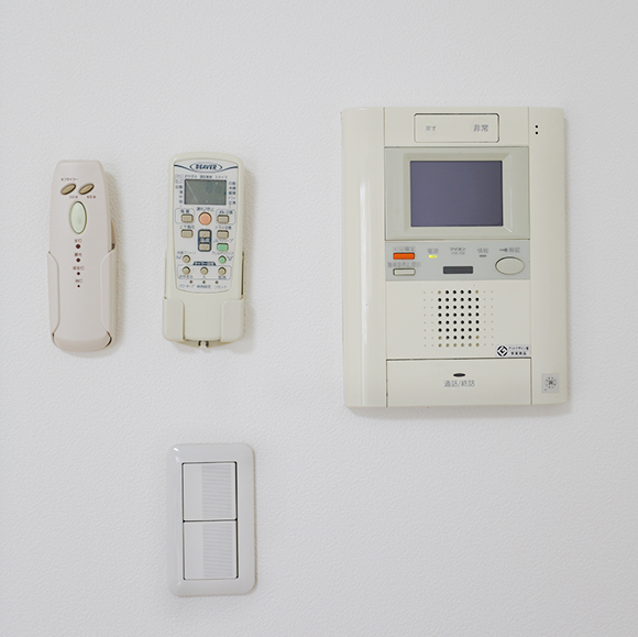 照明、エアコンのリモコン。インターホン通話機8A0A0255_2