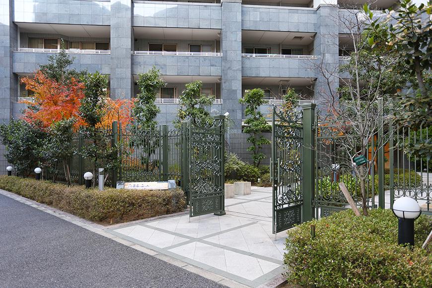 外からの入口の緑の門がお洒落です。