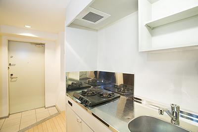 棚が壁に設置されている、使い勝手の良いキッチンです。