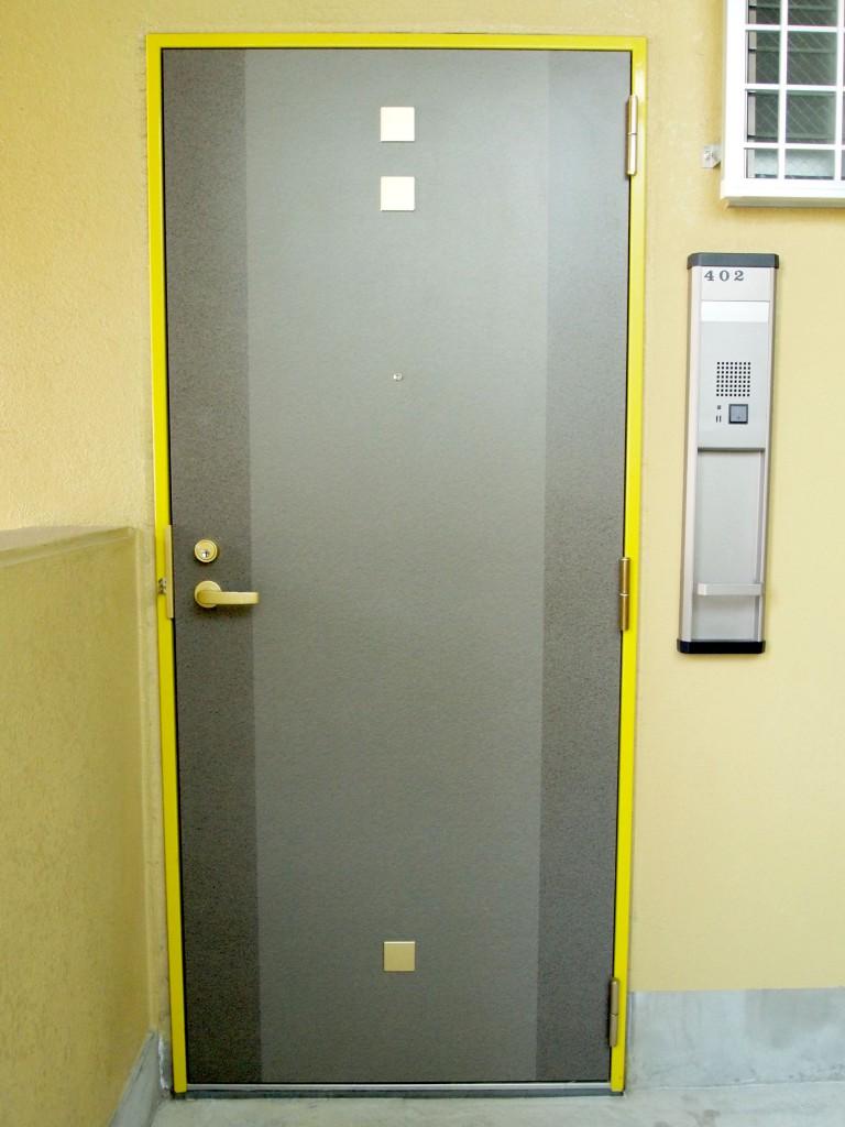 黄緑がイメージカラーな キッチュな玄関扉。