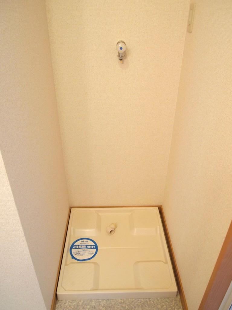備え付けのラックが上についた洗濯置き場です。
