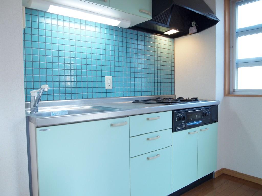 青いタイルが印象的なキッチンです。