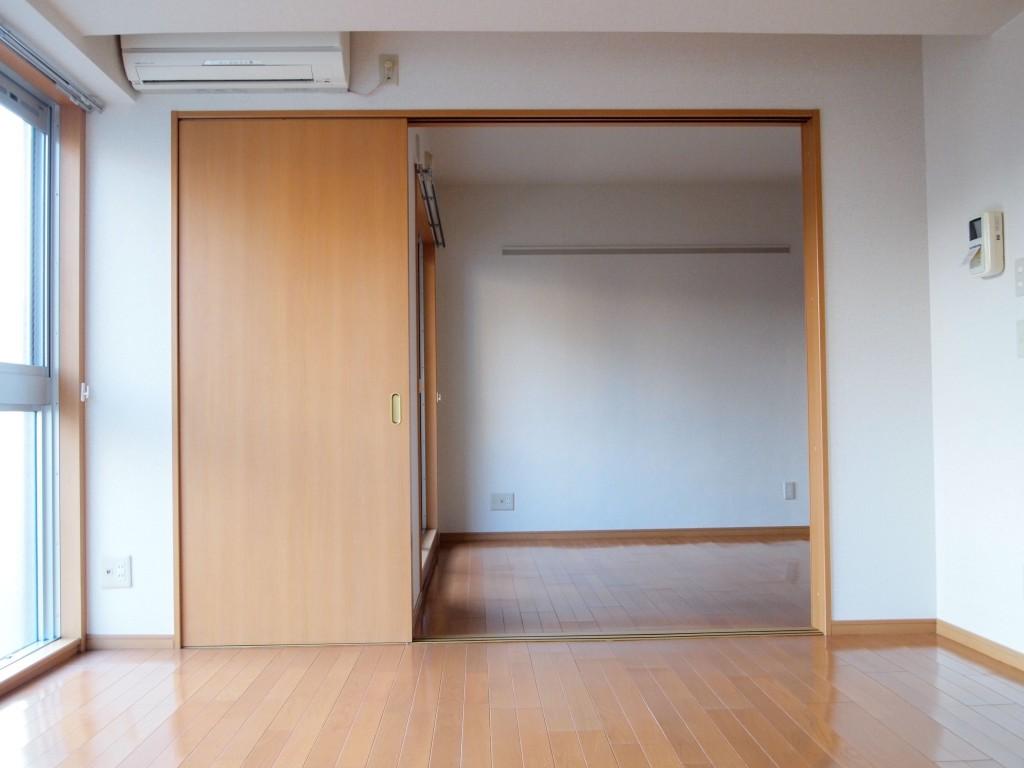 リビングの隣には引き戸の個室があります。
