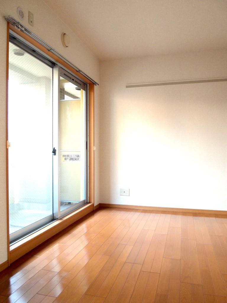 こちらの洋室も窓が大きくて明るい!