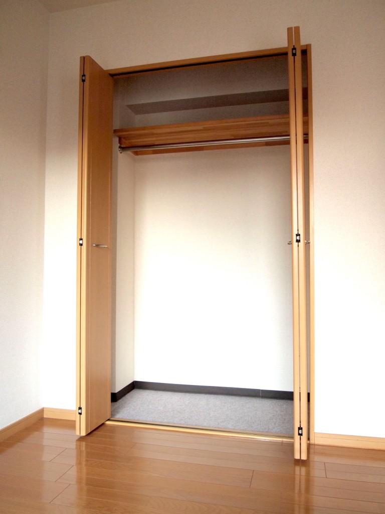 木の素材で雰囲気ある個室クローク