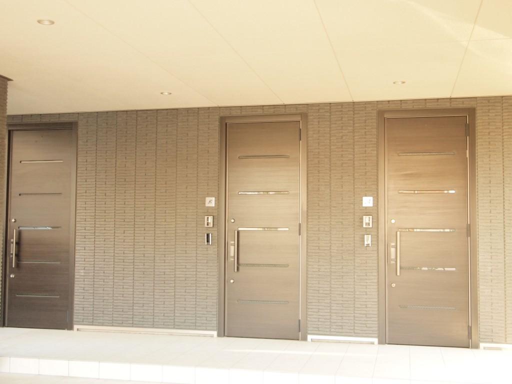 駐車場の奥には玄関ドアが並んでいます。