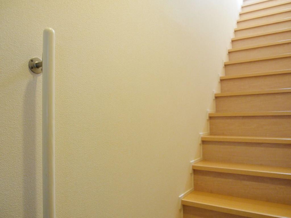 手摺のついた階段なので、上り下りも安心してできます。
