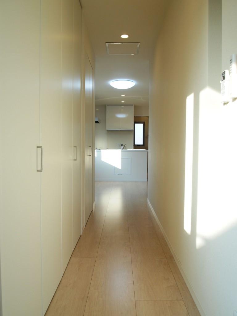 長い廊下には収納力抜群なクローゼットがあります。