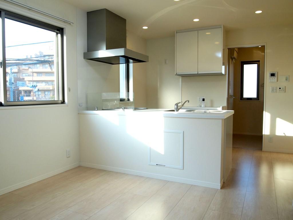 明るいオープンキッチン