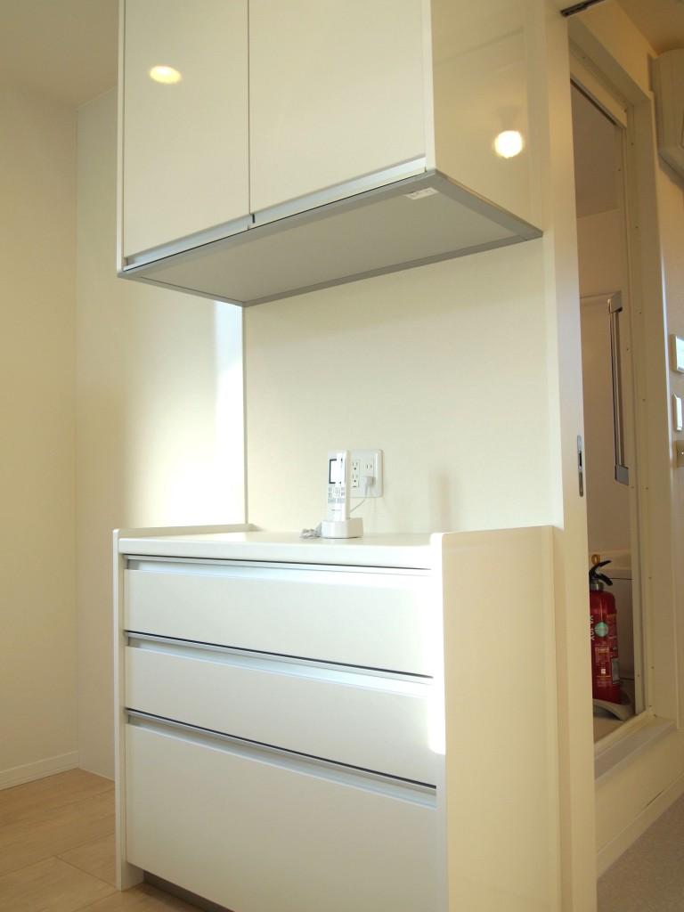 キッチンの後ろには食器棚も完備されています。