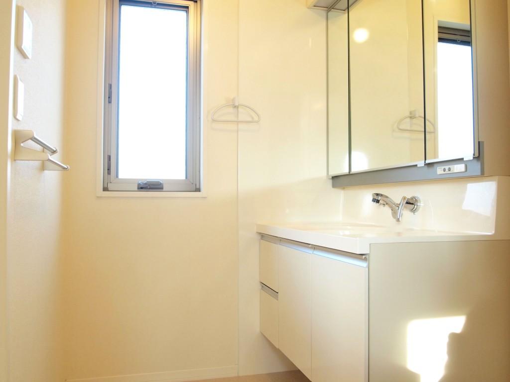キッチンの奥には窓のある明るい洗面があります。