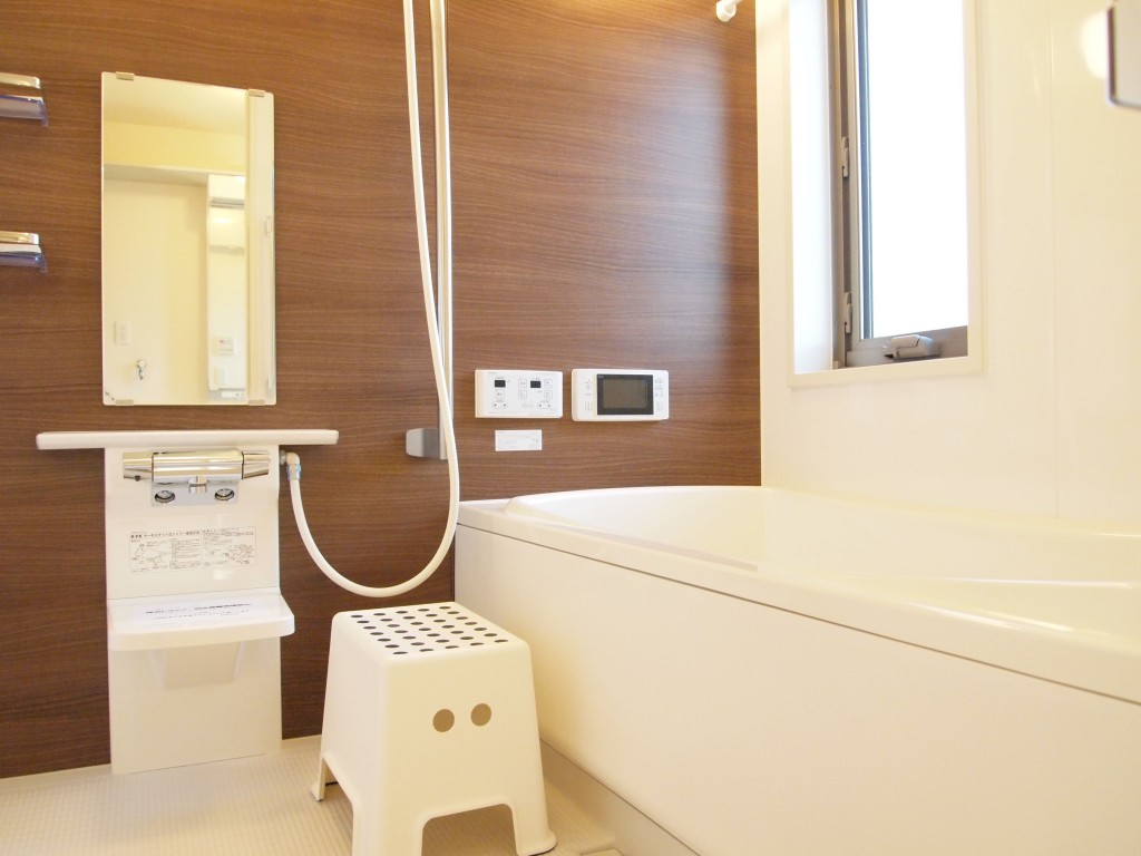 木目調のパネルが温かみのあるバスルームです。