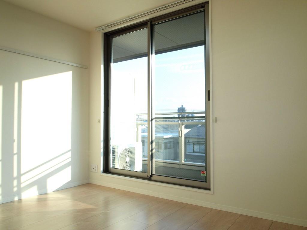大きな窓が光を注ぐ開放的な空間