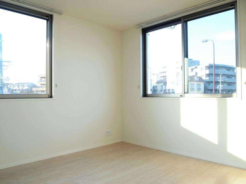 こちらも窓が二方向で部屋全体を照らしてくれます