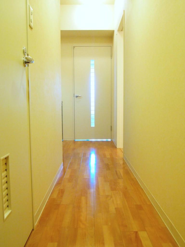 廊下は木目調のフローリングであたたかみを感じます。