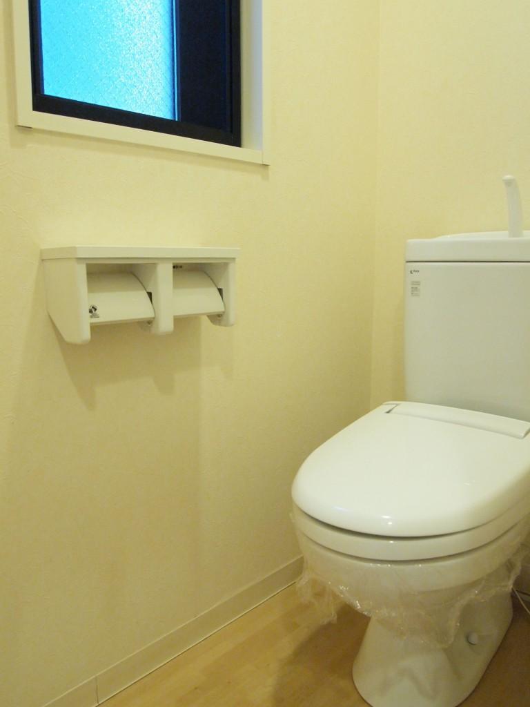 廊下の左手の手前のドアは窓のついたお手洗い。