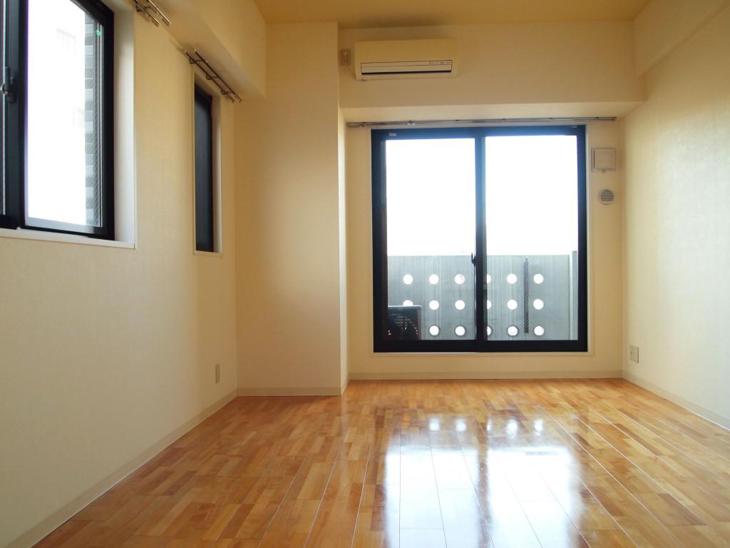 611号室は、二面採光で明るい開放感のあるLDK。