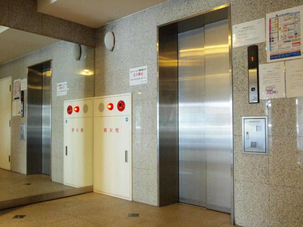 エレベーターもステンレス調でかっこいいです。