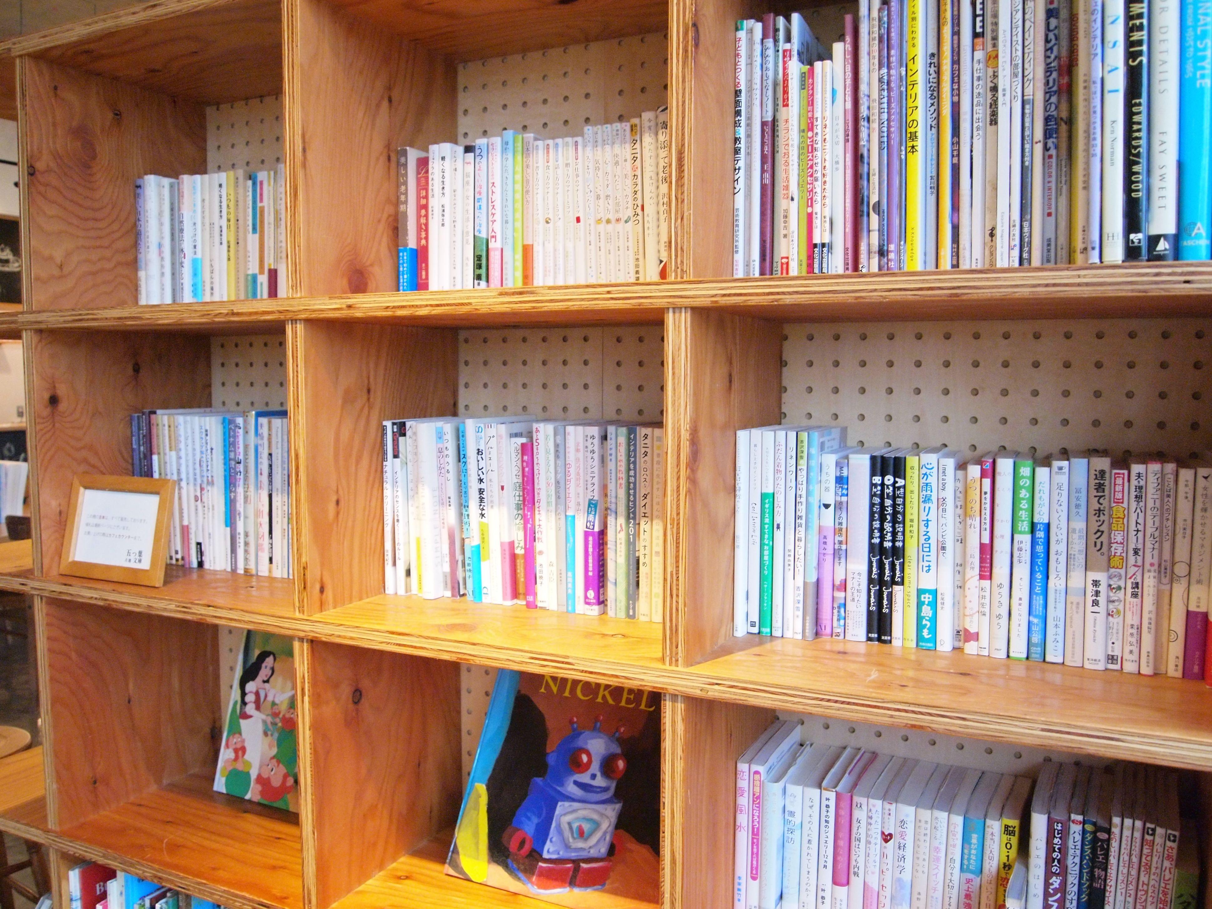 普段なかなか手に取らないような外国の本、文庫本の小説などもたくさん。OLYMPUS DIGITAL CAMERA