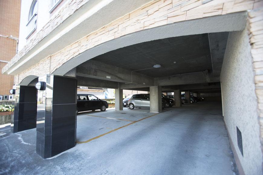雨に濡れない一階ピロティ部分が駐車場TOMO8053