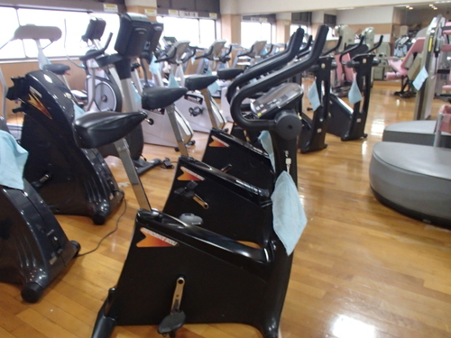 パロマ瑞穂スポーツパーク内のトレーニングジム室_エアロバイク