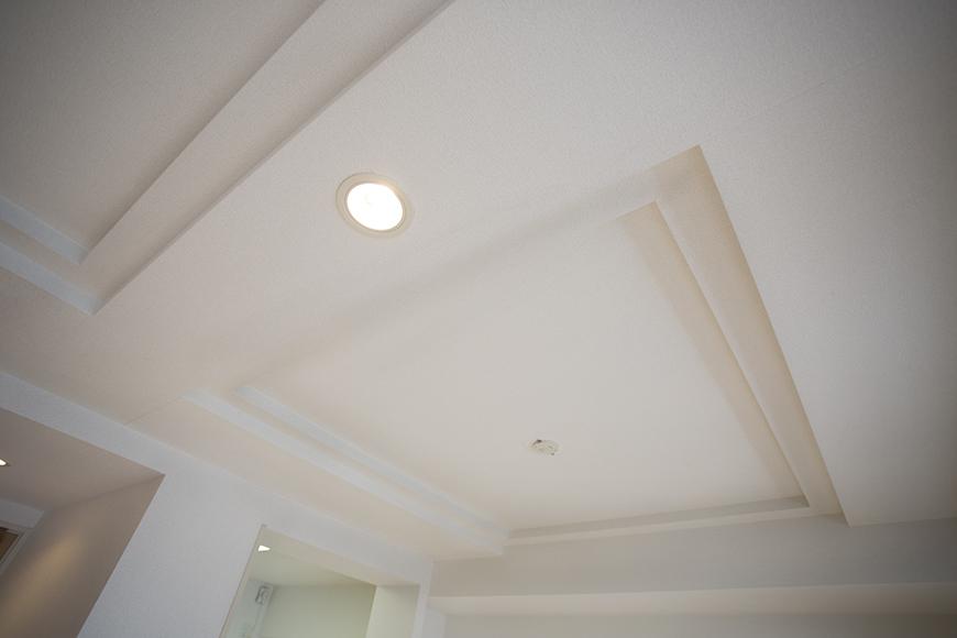 壁や天井は、清潔感のある白で統一されています。