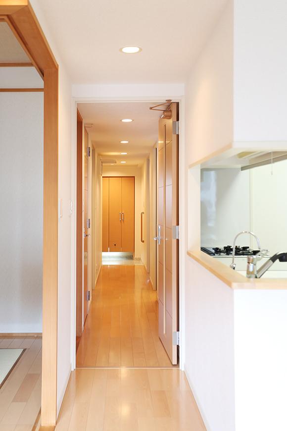 玄関からリビングまでの一直線の長い廊下。