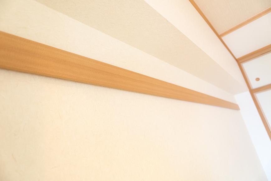 和室にはハンガーなどをかけたりできる長押がついています。