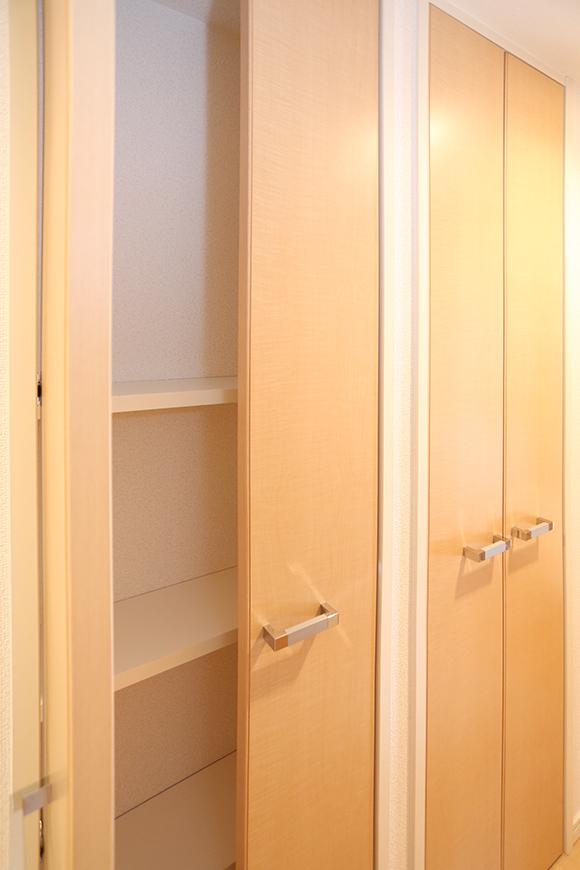 この収納棚には、タオルや洗剤などの日用品を入れておくのによさそうです。