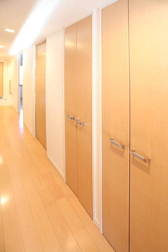脱衣所の扉の隣にも収納スペースがあります。