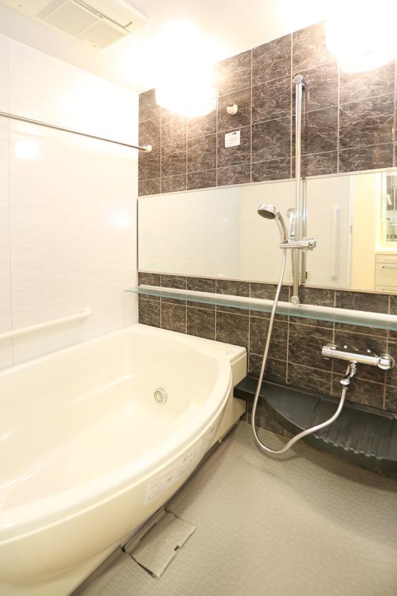 照明がおしゃれなきれいなバスルーム。