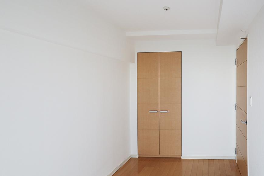 玄関を入って、最初の扉を開けると5畳の洋室があります。