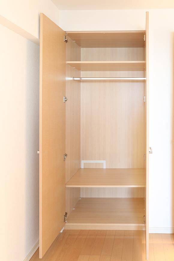 洋室には広々としたクローゼットが備えられています。