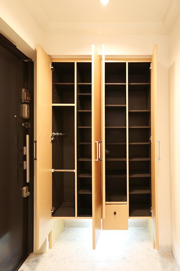 左側の扉には、靴以外も入れれるスペースもあります。