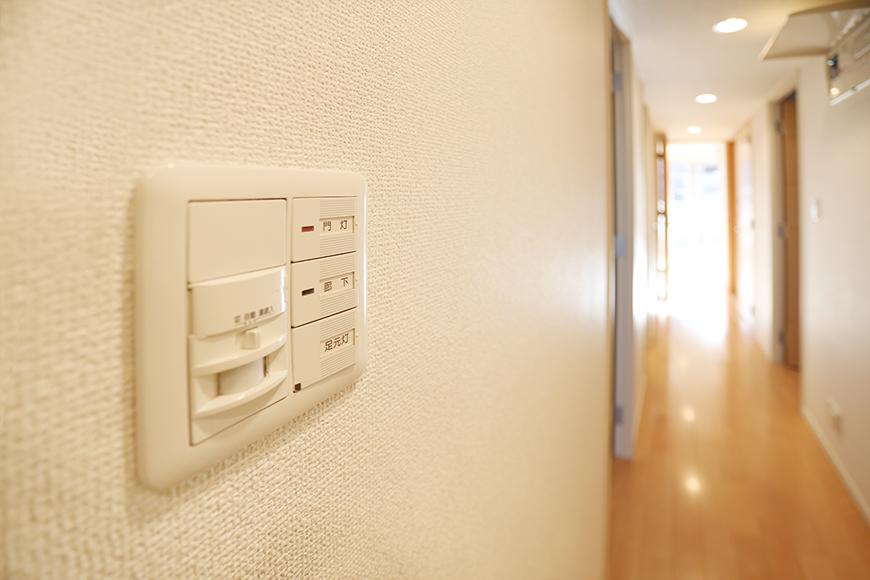 玄関を入ってすぐのところに、門灯、廊下、足元灯の電気のスイッチがあります。
