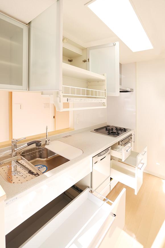 キッチンには、食洗機、ガスコンロ、グリルが完備さています。