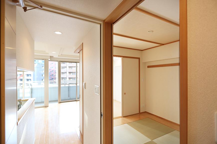 リビングのドアの手前には、廊下から和室に直接入れる扉がついています。