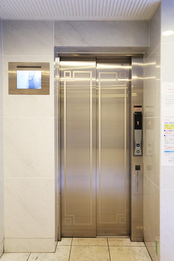 監視カメラのついたエレベーターです。