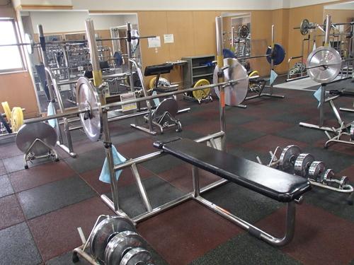 パロマ瑞穂スポーツパーク内のトレーニングジム室_バーベルなどの器具