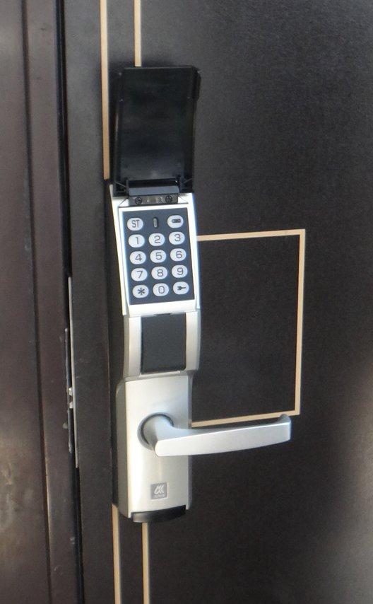 玄関ドアは電子キーになっていて安心DSC05621a
