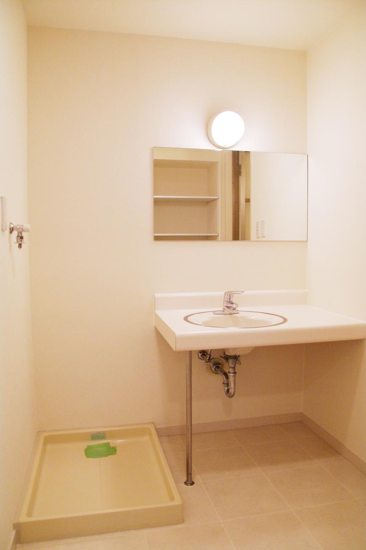 シンプルな洗面台と洗濯機置き場_IMGP7880