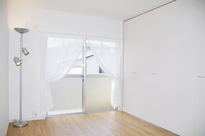 洋室2部屋は、菜の花色の壁紙がアクセントIMGP7979