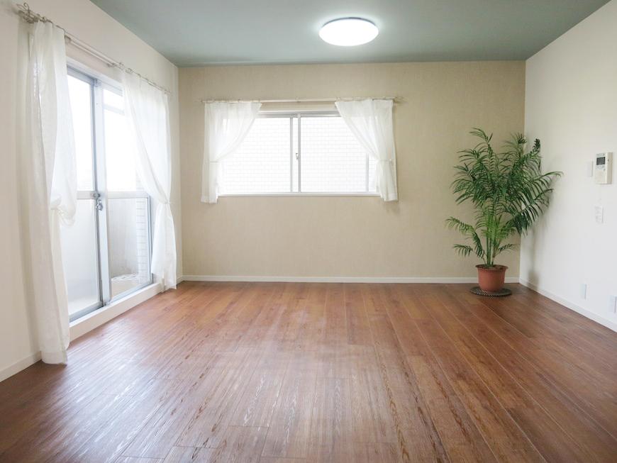 リビングは、シックな水色の天井と、木のぬくもりあふれる一室IMG_2864