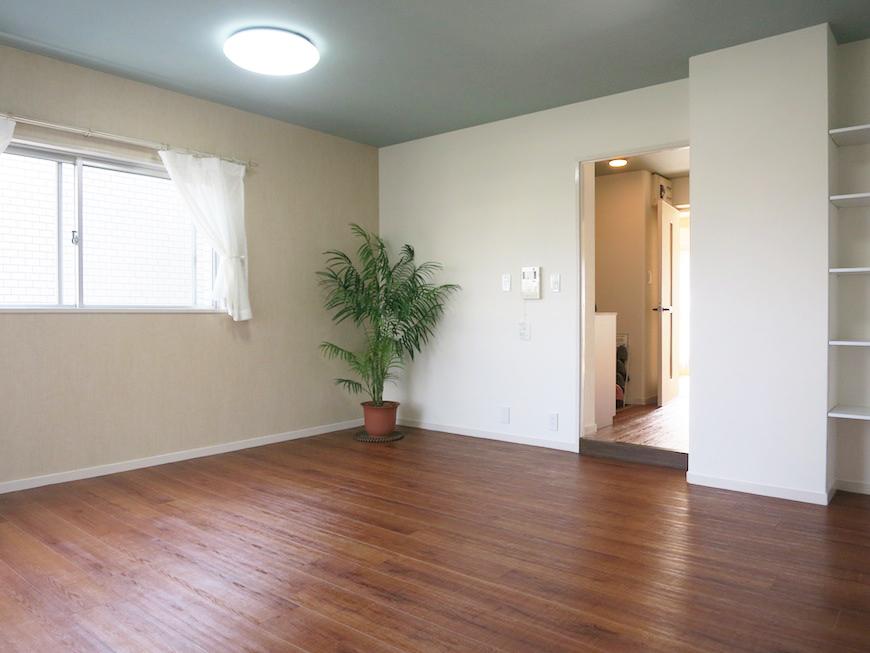 リビングは、シックな水色の天井と、木のぬくもりあふれる一室IMG_2866