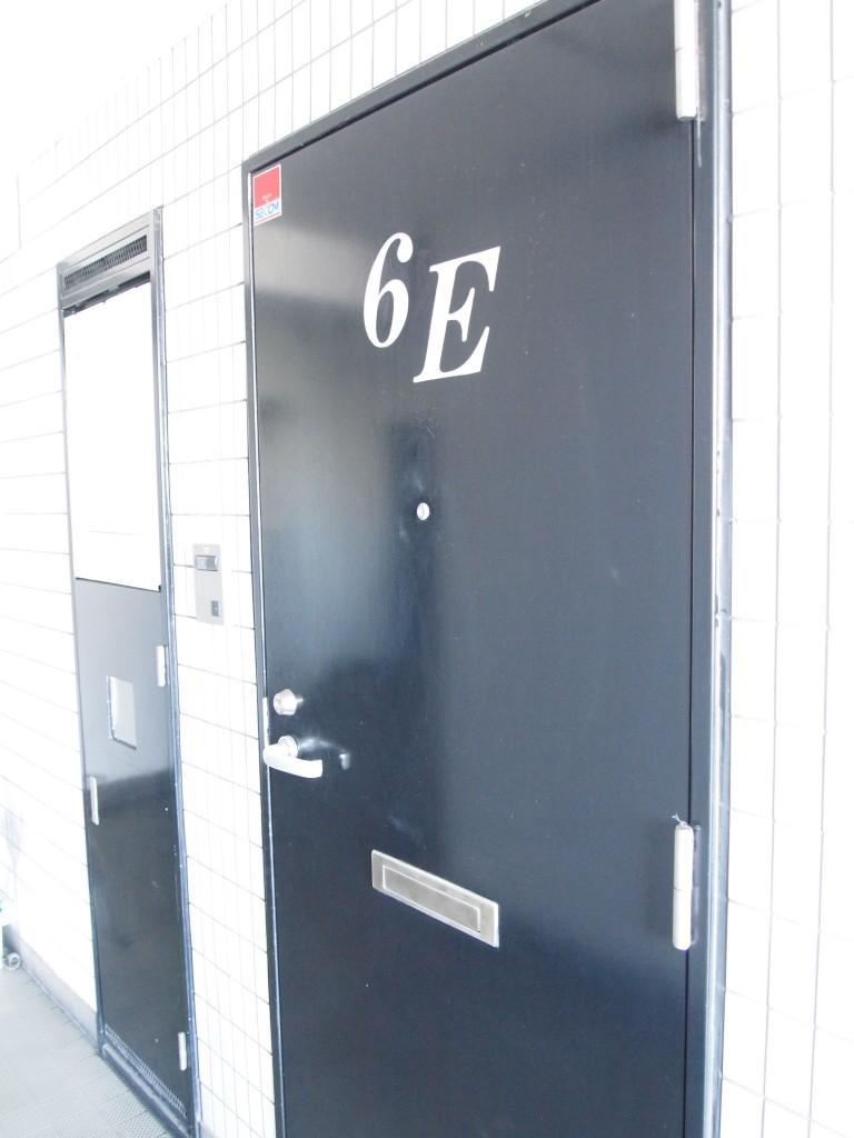 スタイリッシュなかっこいい玄関ドアです。