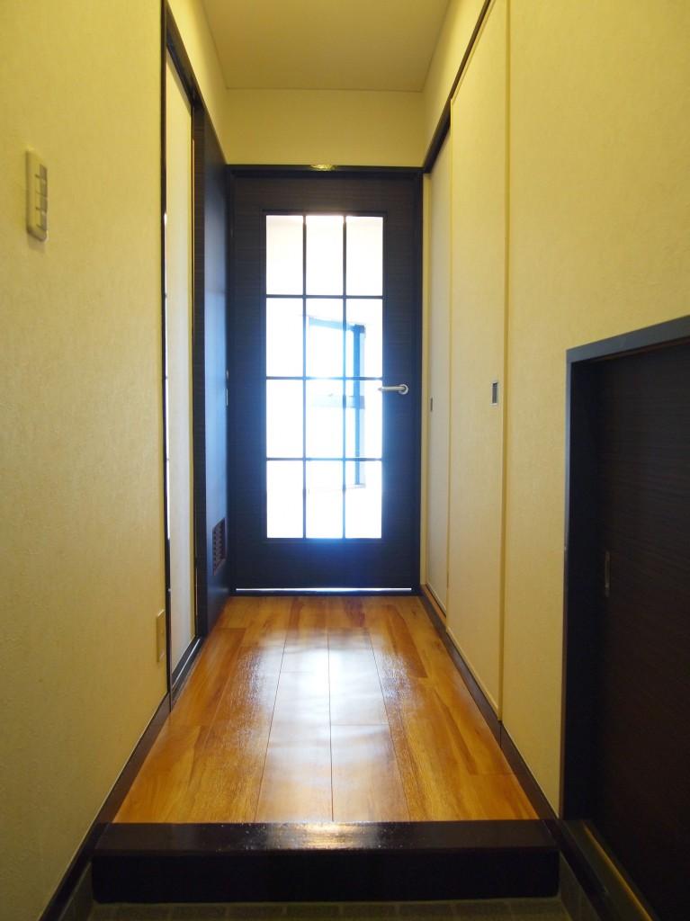 玄関ドアを開けると、木のぬくもりを感じる床がまっすぐのびています。